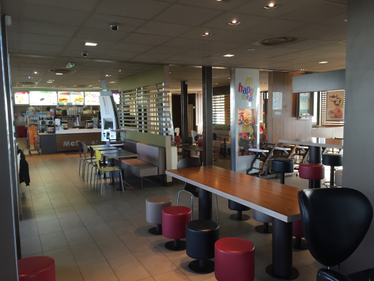 McDonald's Cernay - Intérieur - Grande salle client - chaleureux convivial.JPG