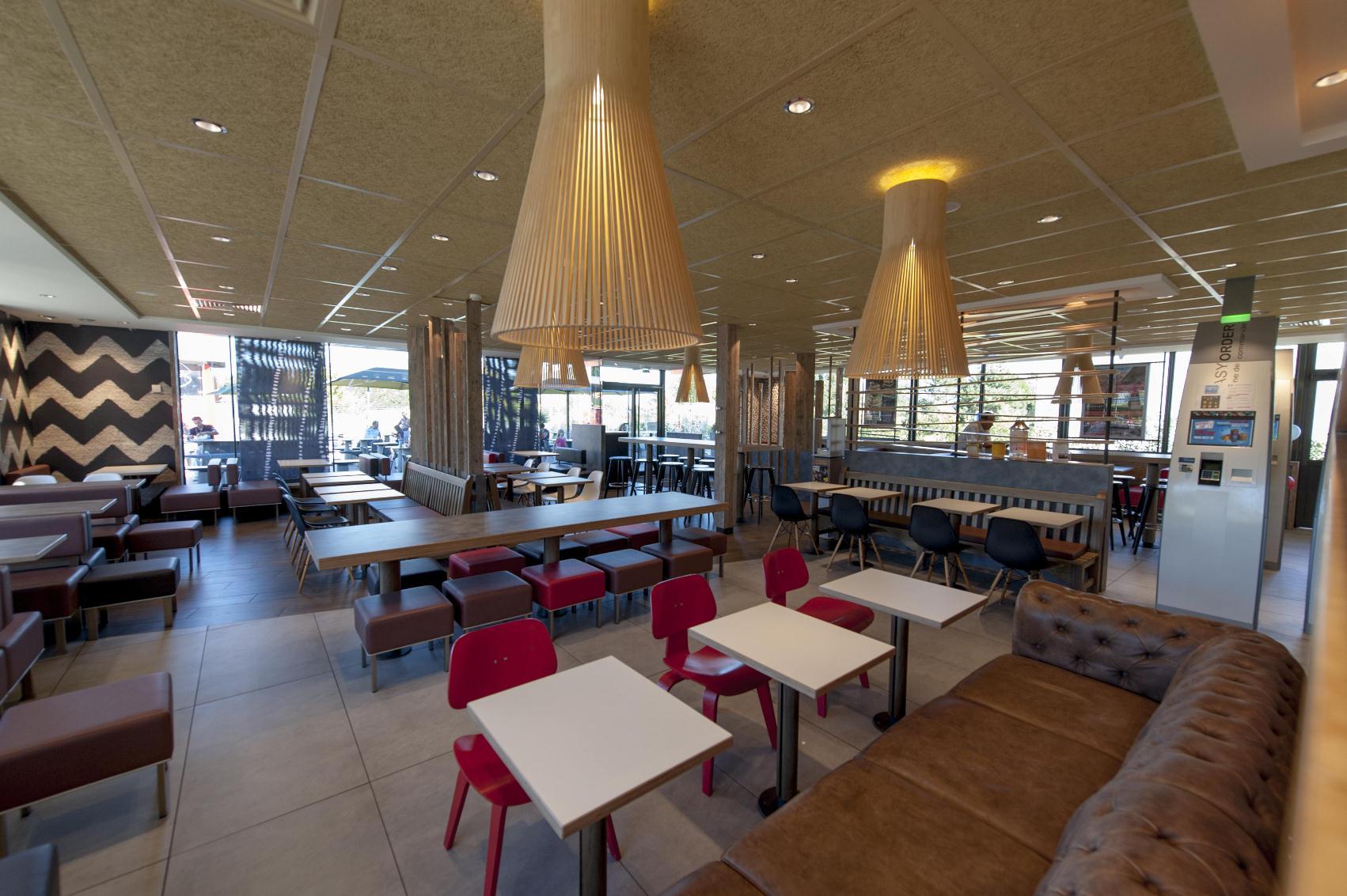 Restaurant McDonald's Tournus-salle.jpg