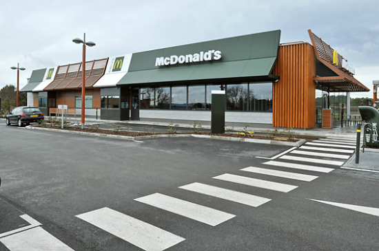 McDonald's Callian Plan de la grande Vigne parking terrasse exterieure.JPG